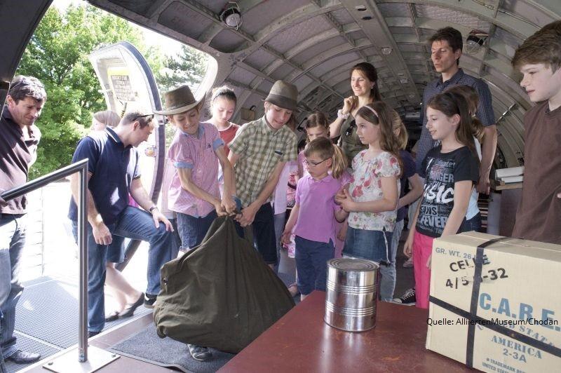 Von Schokoladenfliegern und Spionen - Familienführung mit Bastelworkshop